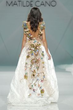 Next year we're going to Spain, thanks to Matilde Cano's outstanding showing at Barcelona Bridal Fashion Week. These are our favourite looks. Fabulous Dresses, Beautiful Gowns, Pretty Dresses, Beautiful Outfits, Bridal Gowns, Wedding Gowns, Looks Party, Moda Floral, Fashion Vestidos