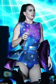 Katy Perry puts on a spellbinding display in a glitzy leotard All dressed up: The skimpy number was covered in sparkling stars and featured a silver belt and a cape-style miniskirt Disfraz Katy Perry, Katy Perry Hot, Katy Perry Pictures, Fantasias Halloween, Female Singers, Beautiful Celebrities, Me As A Girlfriend, Leotards, Amazing Women
