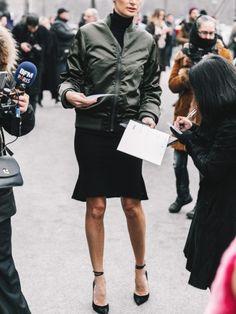 Bomber kaki + look noir minimaliste sexy = le bon mix