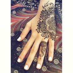 Finished design. Original Henna Shantalla design with a @veronicalilu signature ring #henna #hennatattoo #hennashantalla #santodomingo #mehndi #mehandi #hennainspire #boho #bodyart