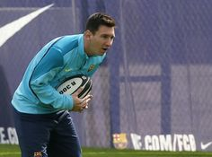 Barcelona's Lionel Messi plays with a rugby ball during a training session at Ciutat Esportiva Joan Gamper training camp, near Barcelona   El Barcelona prefiere el rugby que el fútbol - Yahoo Deportes
