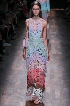 See all the Collection photos from Valentino Spring/Summer 2015 Ready-To-Wear now on British Vogue Vogue Fashion, Fashion Week, Paris Fashion, Runway Fashion, Girl Fashion, Fashion Show, Fashion Outfits, Fashion Design, Valentino