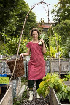 Gudrun Sjödéns Sommerkollektion 2014 - Das gestreifte Kleid aus Öko-Baumwolle ist in den Farben Rubin, Dunkelgrün, Graublau und Dunkelgraumelange erhältlich.