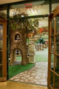 Right away, this catches children's attention. Even if I couldn't do something like that amazing tree, I still think that having a fun floor would be super awesome and inviting. Future Library, Kids Library, Dream Library, Elementary Library, Library Design, Preschool Library, Library Ideas, Childrens Bookstore, Beautiful Library