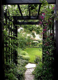 Underbar ingång till en trädgård