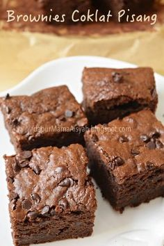 Skinny taste Flourless Chocolate Brownies, made with (powdered peanut butter) instead of flour plus cocoa powder, raw honey and chocolate chips – gluten free, moist and delicious, you won't believe they're only around 130 calories each! Pb2 Recipes, Cake Recipes, Dessert Recipes, Rock Recipes, Cooking Recipes, Köstliche Desserts, Gluten Free Desserts, Food Cakes, Flourless Chocolate Brownies