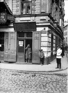 ul. Podwale - fragment kamienicy. Ruch uliczny, 1912-1915