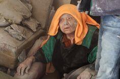 Eine Frau inmitten von Trümmern nach einem Luftschlag der Regierungsstreitkräfte.