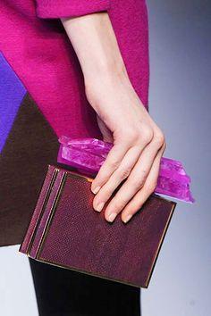Clutch de caja color magenta con asa xxl confeccionada a base de piedras minerales, de Pucci.