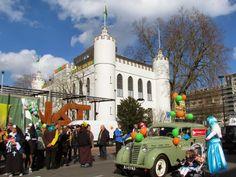Carnaval in Tilburg (Tilburg Stadhuis) by FotoFietsMargreet