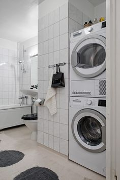 Kaklat fräscht badrum med badkar & tvättpelare Stacked Washer Dryer, Washer And Dryer, Ideal Home, Room Interior, Laundry Room, Home Appliances, House, Log Cabins, Organize