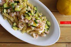 La pasta fredda con zucchine e gamberetti è un piatto semplice da preparare, fresco e leggero, dal gusto delicato, arricchito dalle note agrumate del limone
