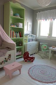 Sweet kids room, green bookshelves!