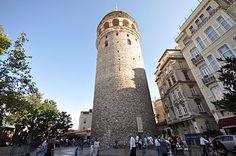 """Galata Kulesi - Vikipedi Galata Kulesi dünyanın en eski kulelerinden biri olup, Bizans İmparatoru Anastasius tarafından 528 yılında Fener Kulesi olarak inşa ettirilmiştir. [1] 1204 yılındaki IV. Haçlı Seferi'nde geniş çapta tahrip edilen kule, daha sonra 1348 yılında """"İsa Kulesi"""" adıyla yığma taşlar kullanılarak Cenevizliler tarafından Galata surlarına ek olarak yeniden yapılmıştır. 1348 yılında yeniden yapıldığında kentin en büyük binası olmuştur"""