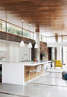 Een keukeneiland is niet alleen stijlvol, maar ook praktisch. Het zorgt voor extra werkruimte en verbindt de keuken met de woonkamer. Er zijn wel een verschillende dingen waar je op moet letten bij de aanschaf van een keukeneiland. Een aantal ideeën en tips op een rij!