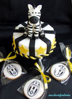 Mini torta e biscotti tema Juve Juventus cake http://zuccherofondente.blogspot.it/2017/05/torta-superpigiamini.html