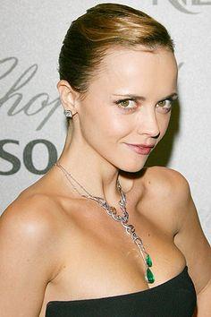 Christina Ricci lució un colgante de diamantes con dos impresionantes esmeraldas en forma de gota, de Chopard.