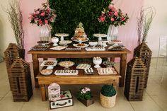 Casamento ao ar livre: mesa de doces e bolo.  ( Foto: Mateus Montoni)