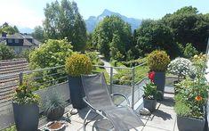 Sie residieren on top eines gepflegten Hauses mit nur sechs Wohneinheiten am Ende einer Sackgasse und genießen die Ausblick auf die Salzburger Bergwelt. Plants, Real Estates, Plant, Planting, Planets