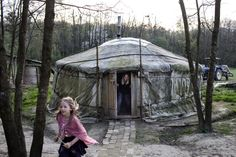 A göcseji erdő egyik szegletében él a négygyerekes Paulics család. Nem bajlódnak csekkbefizetéssel, nem mennek időre sehova.