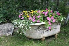 Express your creativity in your garden creating unique repurposed garden containers! You can make fantastic garden containers with old items you already have around the house. Replacing the boring pots with some creative garden containers will make Garden Landscaping, Diy Planters, Beautiful Gardens, Garden Decor, Garden Design, Garden Containers, Garden Bathtub, Plants, Garden Projects