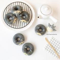 [Recipe post] Totoro doughnuts - Little Miss Bento Totoro, Japanese Candy, Japanese Sweets, Desserts Japonais, Macaroons, Kawaii Cooking, Cute Donuts, Bento Recipes, Bento Ideas