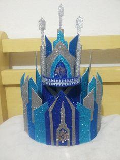 Lindo bolo cenográfico todo em glitter no formato do castelo da Elsa do filme Frozen.