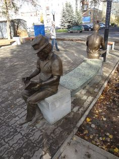 Readers Theater in sculpture park in Nizhny Tagil..., Russia....  - скульптуры читателей в Театральном сквере Нижнего Тагила