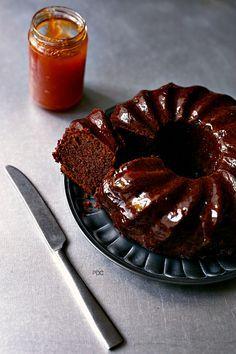 Torta all' olio ricotta e cacao con confettura nell' impasto