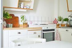 Det här är mitt älskade lilla kök. Ett ljust 60-talskök med sluttande gräddvita köksluckor, blanka snabelhandtag och en fönsterbräda av marmor. I över 50 år har här lagats mat, bakats bullar och samta