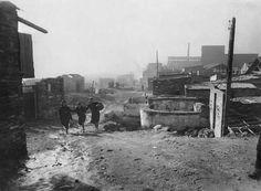 Las playas de Barcelona fueron lugar de acogida y vivienda para los inmigrantes que no tenían lugar donde vivir. En esta imagen, barriada del Somorrostro. Barcelona, 1942  MMB  Ref. 26077F