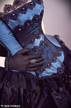I like this horizontal lace in the front panel - may try this with the beige/black lace I have!