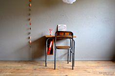 Travailler, dessiner, rêvasser... Voilà un bureau simple et pourtant, il a tout d'un grand! Bureau et chaise assortie dans le pur style industriel : piètement métal ciré canon de fusil, plateau et rangement en chêne massif vernis 1/2 mat ciré.