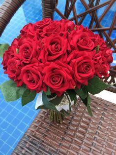 Buquê de Noiva | Rosas Vermelhas Beautiful Rose Flowers, Amazing Flowers, Colorful Flowers, Whimsical Wedding Flowers, White Wedding Flowers, Romantic Flowers, Rose Images, Flower Aesthetic, Flower Wallpaper
