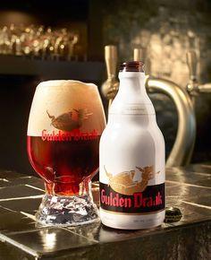 """Historicamente as cervejas escuras sempre foram a especialidade da cervejaria belga Van Steenberge; não foi a toa que quando eles decidiram se concentrar na exportação, a Strong Dark Ale Gulden Draak foi a escolha como """"abertura de portas"""" para o mercado internacional."""