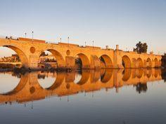 Badajoz es una ciudad española ubicada en Extremadura. The Other Side, 16th Century, Bridges, Zaragoza, Pest Control, 17th Century, Arches
