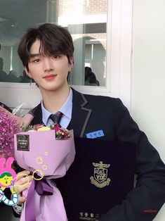 Real name : Moon Hyunbin Birth year : 2000 Weight : 175 cm Height : 60 kg Blood type : b Hobby : See pictures, billboards and dance Expertise: singing Training period : 2 years 7 month Agency : STARSHIP