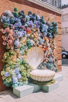 Chelsea Flower Week Floral Installations 2019 in 2020 Flower Wall Backdrop, Wall Backdrops, Wedding Backdrops, Photo Backdrops, Wall Flowers, Floral Backdrop, Flowers Garden, Schönheitssalon Design, Display Design