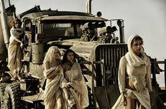"""""""Bỏng mắt"""" với những thiên thần hoang mạc của Mad Max -"""