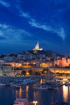Notre-Dame de la Garde vu du vieux port de Marseille (France)