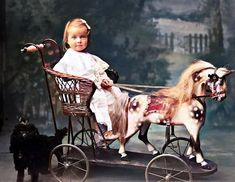 Vintage Children Photos, Vintage Images, Antique Pictures, Old Photos, Vintage Toys 1960s, Vintage Wear, Horse Cart, Horse Birthday, Wooden Horse