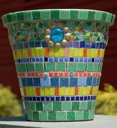Very attractive flower pot Mosaic Planters, Mosaic Flower Pots, Mosaic Garden, Mosaic Bottles, Mosaic Glass, Mosaic Diy, Creative Workshop, Mosaic Projects, Mosaic Designs