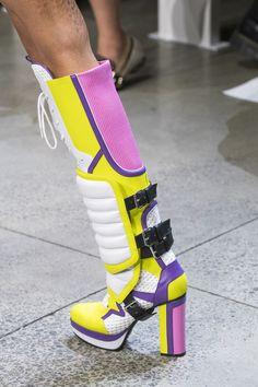Jeremy Scott at New York Fashion Week Spring 2019 - Details Runway Photos Botas Grunge, Fashion Boots, Sneakers Fashion, Fashion Top, Fashion 2017, Womens Fashion, Runway Shoes, Shoe Image, Jeremy Scott