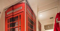 Projetado pela arquiteta Juliana Pippi, o banheiro de 3,5 m² segue o mesmo tema do estúdio. O box possui plotagem translúcida que remete à cabine telefônica de Londres, cidade de origem das bandas preferidas do morador. O tom sóbrio do piso, das louças e dos móveis contrastam com a cor forte do box e deixam o ambiente harmônico
