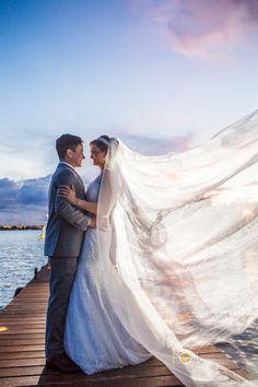 Amo Você:  ( )Quando sorri  ( )Quando reclama das comedias românticas.  ( )Quando pega na minha mão.  ( )Quando me olha como se não houvesse mais ninguém no mundo.  (X)Todas essas vezes e mais várias outras.    #noiva #weddings #casamento #vestido #vestidodenoiva #cerimonia #ensaio #love #fotografiadecasamento #bridalculture #bride #veudenoiva #promdress