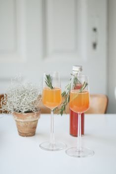 Recipe for Christmas Aperol Spritz - Recipe for Christmas Aperol Spritz – DIY gift idea, a quick last minute gift for dinner, as a Chr - Fruity Cocktails, Winter Cocktails, Non Alcoholic Drinks, Cocktail Drinks, Aperitif Drinks, Weihnachtlicher Cocktail, Martini, Spritz Recipe, Coffee Milkshake