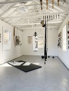 Making work-out space in small spaces. Perfect for a movement + meditation space Home Gym Garage, Diy Home Gym, Gym Room At Home, Home Gym Decor, Basement Gym, Garage House, Crossfit Garage Gym, Workout Room Home, Workout Rooms