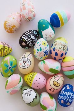 Today we're sharing something a step beyond the PAAS egg decorating kits of my childhood. These modern Easter eggs designs are tiny little works of art. Kids Crafts, Easter Egg Designs, Easter Ideas, Easter With Kids, Easter Eggs Kids, Easter Egg Basket, Easter Tree, Easter Food, Easter Egg Crafts