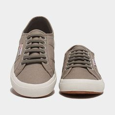 Popular sneakers styles seem to change with the wind, so it can be tough to decide what you want. Stinky Shoes, Shoe Boots, Man Shoes, Popular Sneakers, Superga Sneakers, Sports Footwear, Men Looks, Stylish Men, Spring Summer Fashion