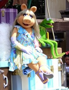Miss Piggy and Kermit The Frog by Ross Hawkes